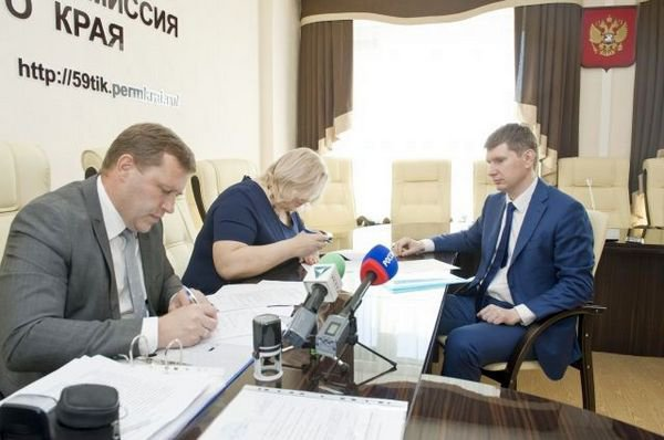 Максим Решетников во время подачи пакета документов для выдвижения на пост губернатора