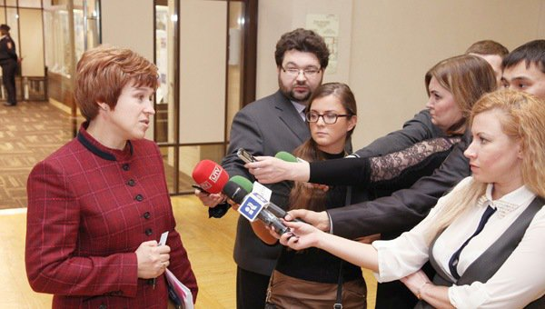 Ольга Антипина дает комментарии журналистам